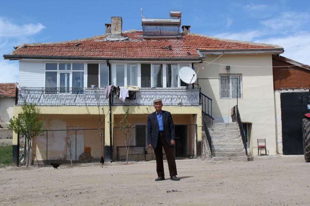 Der 84-Jährige Sami Demir vor seinem Haus in der Türkei. 1964 saß er in einem der ersten Züge nach Wien saß. Ein Gastarbeiter der Stunde also. Er kehrte nach drei Jahren in die Türkei zurück und erzählt von der Willkommenskultur, die es in den ersten Jahren in Österreich gab.